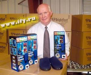 Милый старичок который придумал светящиеся тапочки - www.sferamagazine.ru